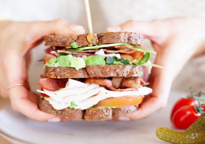 <pre></noscript>Junta de sándwich club California California, repleta de vegetales